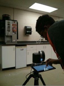 Étudiant en taille de pierre au laser